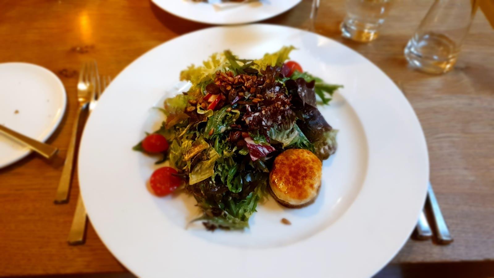 Salat mit Ziegenkäse