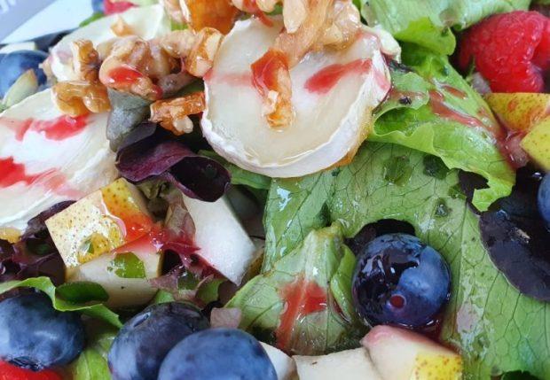 Sommersalat mit Beeren, Wassermelone und Ziegenkäse
